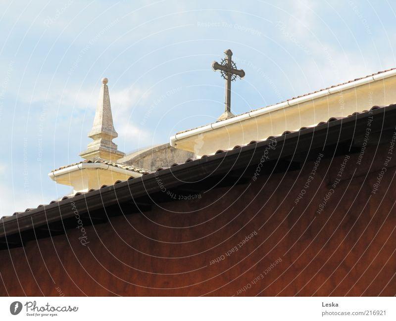 Den Weg zum Himmel finden weiß Haus Wand Architektur Mauer braun Fassade Kirche Dach Dekoration & Verzierung Zeichen Kreuz Ornament Religion & Glaube Kunstwerk