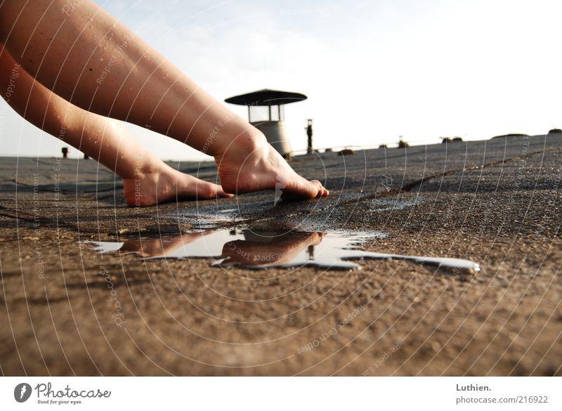hot roof Wasser Freude Fuß Beine Zufriedenheit braun nass frei ästhetisch berühren atmen Zehen Pfütze Lüftungsschacht
