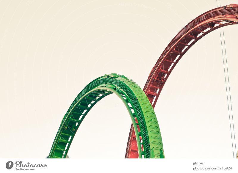 Rollercoaster Ride Jahrmarkt Himmel Wolkenloser Himmel Achterbahn fahren Geschwindigkeit rot grün rund Hälfte Farbfoto Außenaufnahme Menschenleer