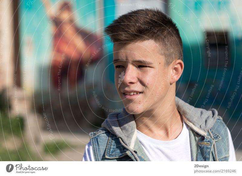 Porträt des hübschen Teenagers draußen Lifestyle Freude Glück Freizeit & Hobby Mensch Junge Mann Erwachsene Jugendliche Zähne Lächeln Coolness Fröhlichkeit klug