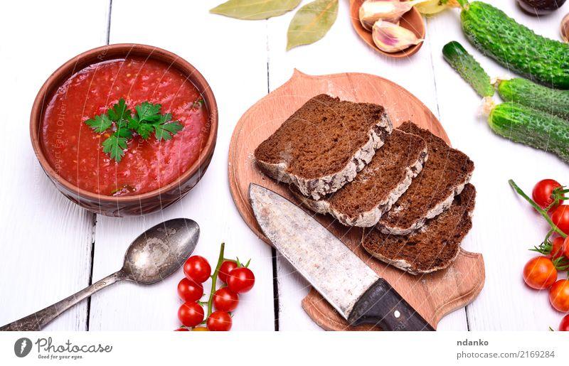 Gazpacho spanische kalte Suppe Gemüse Brot Eintopf Kräuter & Gewürze Ernährung Mittagessen Abendessen Vegetarische Ernährung Diät Teller Tisch Küche Holz dick