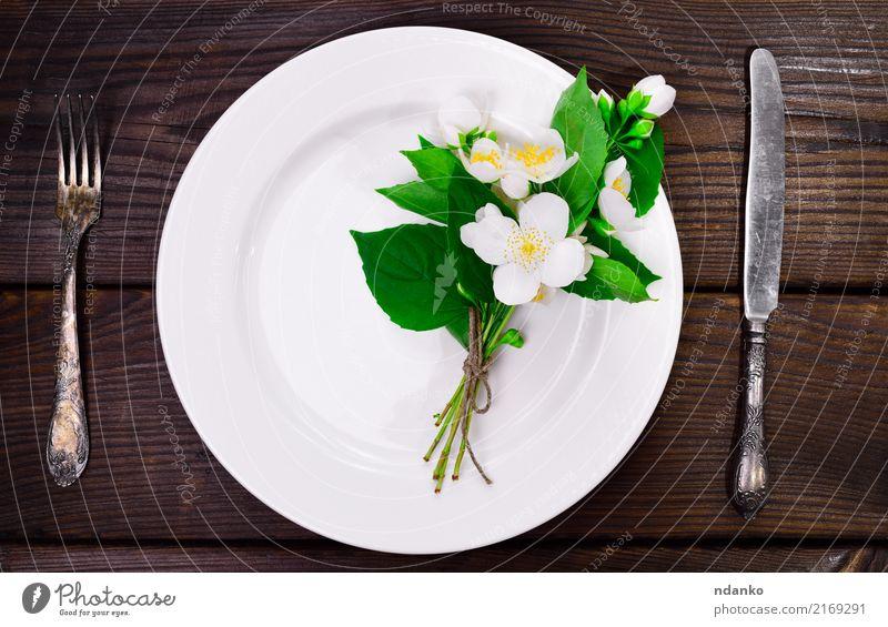 leere weiße runde Platte Blume Speise natürlich Holz oben Aussicht Tisch Küche Blumenstrauß Restaurant Teller Abendessen Messer Mahlzeit Top