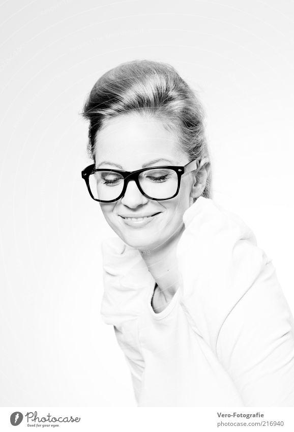 sixtees Mensch feminin Junge Frau Jugendliche Erwachsene 1 18-30 Jahre Mode Bekleidung T-Shirt Stoff Accessoire Brille blond Scheitel Zopf Lächeln lachen