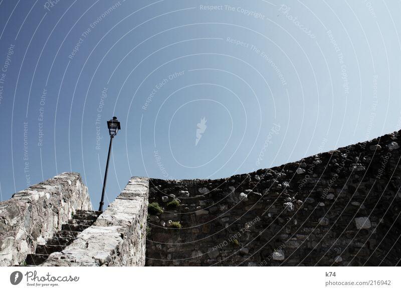 escaleras y farola Himmel Wolkenloser Himmel Brücke Bauwerk Mauer Wand Treppe Stein alt heiß hell historisch blau ruhig Farbfoto Außenaufnahme Tag Schatten
