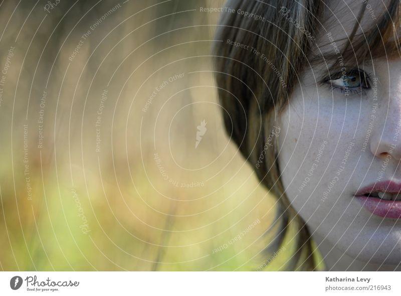 Rückblick Frau Mensch Jugendliche schön Sommer Gesicht Leben feminin träumen Haare & Frisuren Erwachsene Porträt beobachten Wunsch natürlich