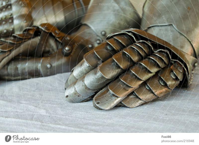Schutzhandschuhe Bekleidung Schutzbekleidung Handschuhe Metall gebrauchen kämpfen tragen alt braun gelb gold weiß Tapferkeit Kraft Farbfoto Außenaufnahme