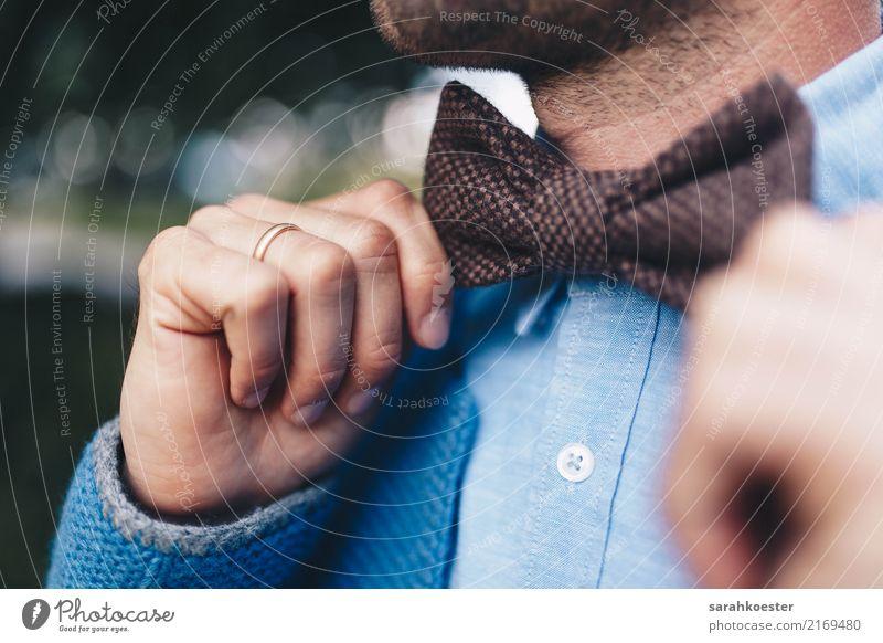 Fliege richtender Bräutigam Mensch Jugendliche Mann Hand 18-30 Jahre Erwachsene Leben Gefühle Mode Feste & Feiern Paar maskulin ästhetisch authentisch