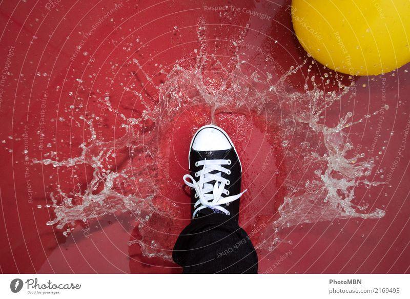 Splash Fuß 1 Mensch Ball Tropfen Wasser Wasserspri Flüssigkeit nass Originalität sportlich gelb rot schwarz weiß Freude Coolness Tatkraft Bewegung einzigartig