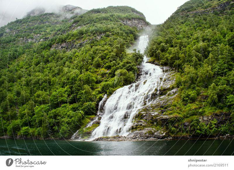 Waterfall Friaren in the Geirangerfjord, Norway Ferien & Urlaub & Reisen Tourismus Ausflug Kreuzfahrt Expedition Berge u. Gebirge wandern Umwelt Natur