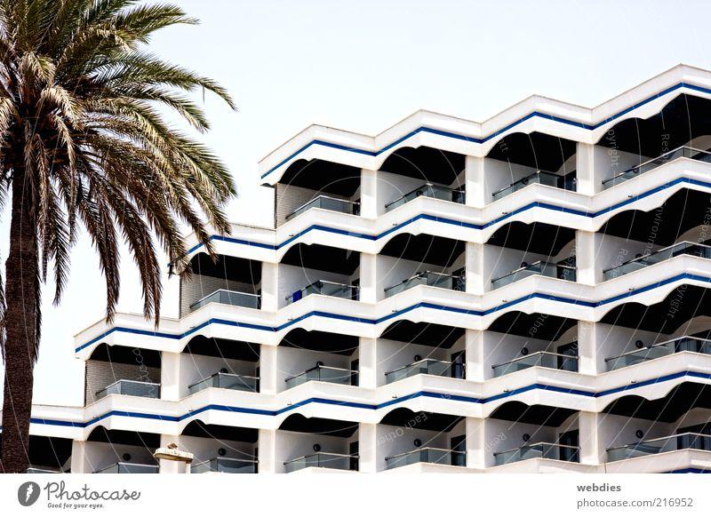 schöne Aussichten Stadt Sommer Ferien & Urlaub & Reisen Haus Gebäude Architektur Hochhaus Fassade modern trist Tourismus Hotel Balkon Bauwerk Spanien