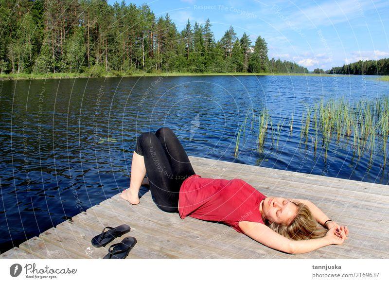 Junge Frau, die nahe See in Karelien, Finnland sich entspannt Lifestyle schön Erholung Ferien & Urlaub & Reisen Tourismus Camping Sommer Erwachsene 1 Mensch