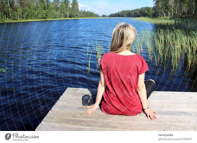 Junge Frau, die nahe See in Karelien, Finnland sitzt Mensch Natur Ferien & Urlaub & Reisen Jugendliche Sommer schön Wasser Baum Landschaft Erholung Wald
