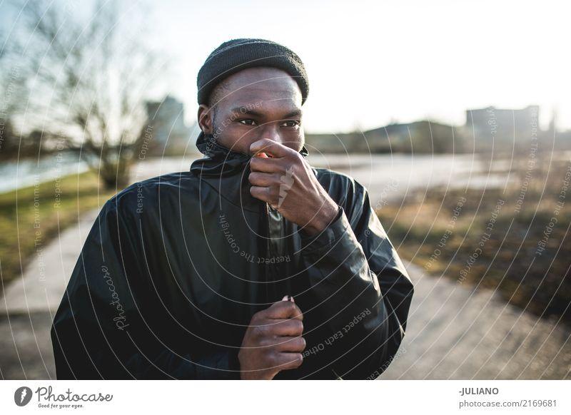 Junger Mann schließt aufgebockt, weil es draußen kalt ist Mensch Ferien & Urlaub & Reisen Jugendliche Ferne Winter 18-30 Jahre Erwachsene Lifestyle Herbst