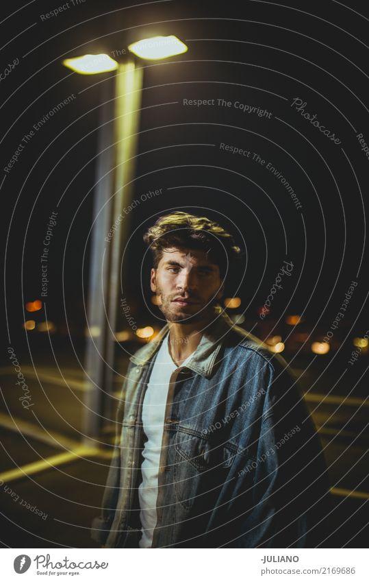 Mann geht auf städtische Dachspitze nachts Lifestyle Nachtleben Party Technik & Technologie maskulin 1 Mensch 18-30 Jahre Jugendliche Erwachsene Kunst