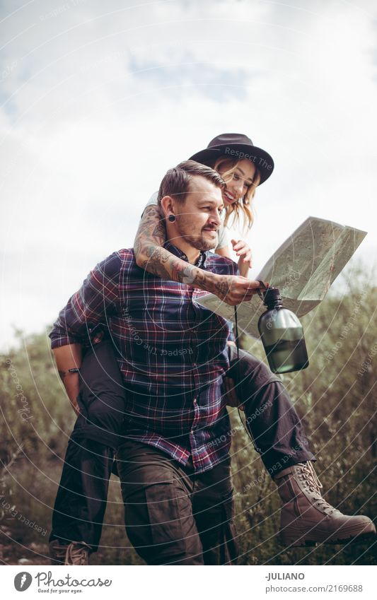 Wandern Paar Huckepack machen beim Überprüfen der Route auf der Karte Mensch Natur Ferien & Urlaub & Reisen Jugendliche Junge Frau Junger Mann Ferne