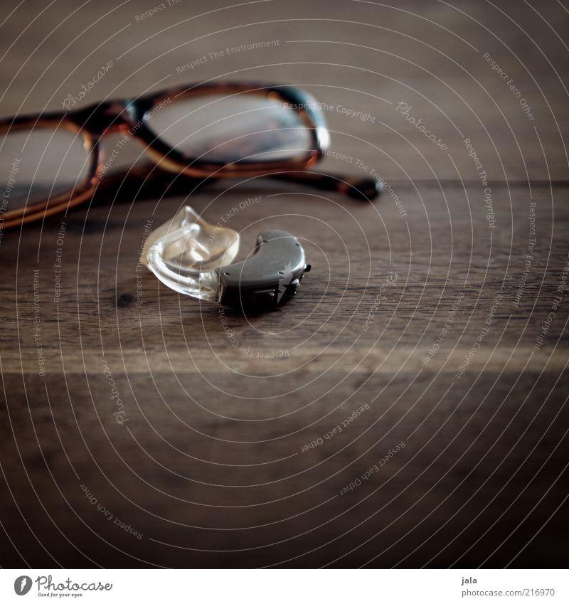 wenn die sinne ins alter kommen... Brille Hörgerät Sehvermögen Holz hören Blick braun hilfsmittel Sinnesorgane Farbfoto Innenaufnahme Menschenleer