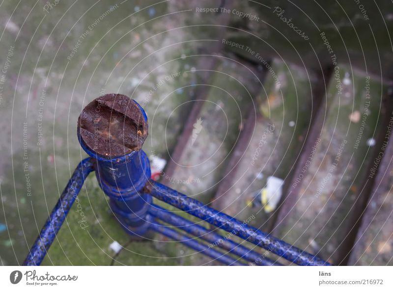 [HH10.1] - GängeTreppe Menschenleer Treppengeländer Beton Metall alt authentisch dreckig blau Hinterhof Gängeviertel Farbfoto Außenaufnahme Strukturen & Formen