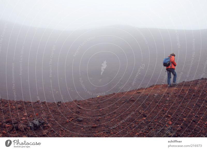 Kraterrand Mensch Wolken Einsamkeit dunkel Stein Traurigkeit Angst wandern gehen Nebel gefährlich trist bedrohlich Island Vulkan schlechtes Wetter