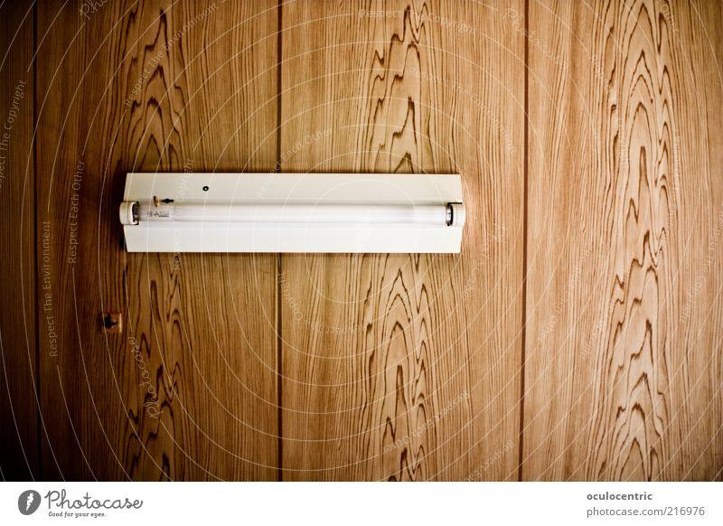 Überbodenbeleuchtung Lampe Neonlicht Menschenleer Raum Decke alt Häusliches Leben braun simpel Holz Maserung Vignettierung ruhig einfach Farbfoto