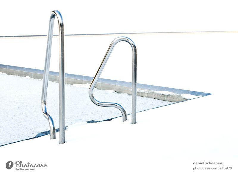 Wintersaison weiß hell Schwimmbad Detailaufnahme Einstieg (Leiter ins Wasser) abstrakt Sportstätten