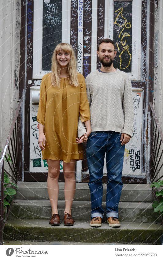 junges Paar - stehend auf Treppe - hiphip Junge Frau Jugendliche Junger Mann Partner 18-30 Jahre Erwachsene Eingangstür Jeanshose Kleid Pullover blond