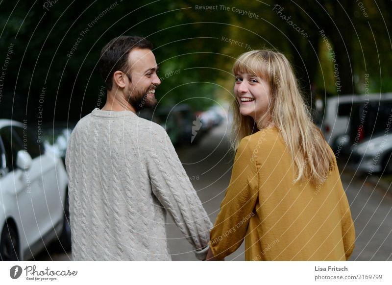 Junges lachendes Paar hält Händchen. Junge Frau Jugendliche Junger Mann Partner Erwachsene Leben 18-30 Jahre berühren Bewegung Erholung gehen genießen laufen