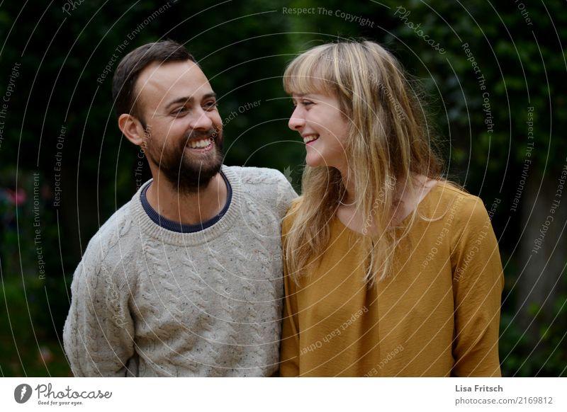Junges Paar amüsiert sich. Junge Frau Jugendliche Junger Mann Partner 2 Mensch 18-30 Jahre Erwachsene Pullover blond langhaarig Bart beobachten berühren