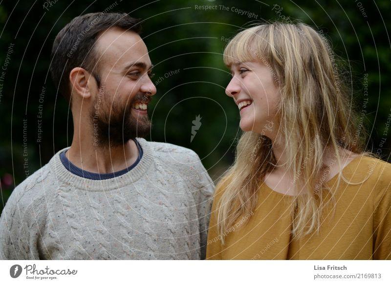 sich anlächelndes paar Freundschaft Paar Partner Erwachsene Leben 18-30 Jahre Jugendliche beobachten genießen lachen Blick Freundlichkeit Fröhlichkeit Glück