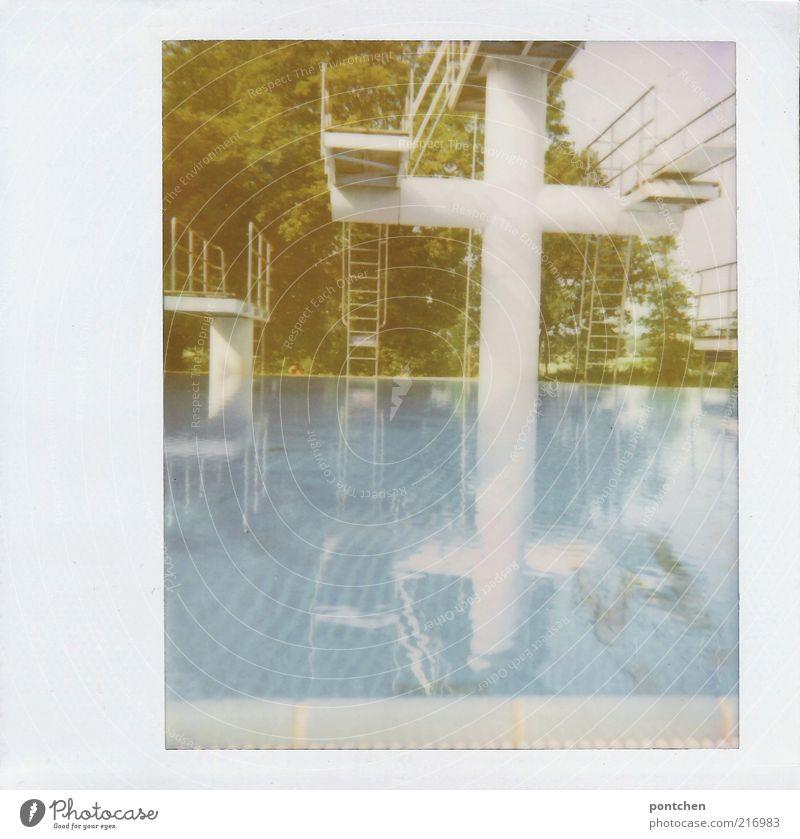 Ein Sprungturm in einem Freibad spiegelt sich im Wasser. Weißes kreuz. Freizeit & Hobby Sport Wassersport Sportstätten sportlich Unendlichkeit Sprungbrett Kreuz