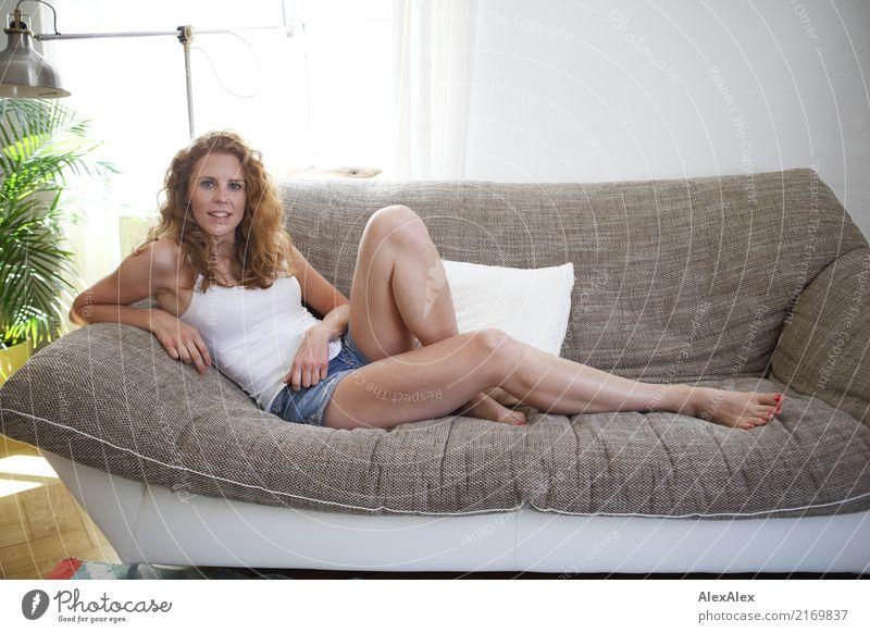 zu Hause- Geschichte Jugendliche Junge Frau schön 18-30 Jahre Erwachsene Beine Lifestyle natürlich Stil Glück Haare & Frisuren Wohnung Zufriedenheit Körper