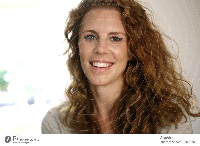 E Stil Glück schön Gesicht Junge Frau Jugendliche Sommersprossen Grübchen 18-30 Jahre Erwachsene Pullover rothaarig langhaarig Locken Lächeln lachen Blick