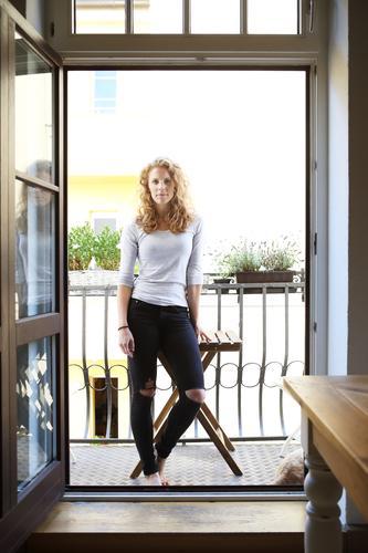 in Balkonien Stil schön Zufriedenheit Wohnung Balkonpflanze Junge Frau Jugendliche 18-30 Jahre Erwachsene Schönes Wetter Jeanshose Barfuß rothaarig langhaarig
