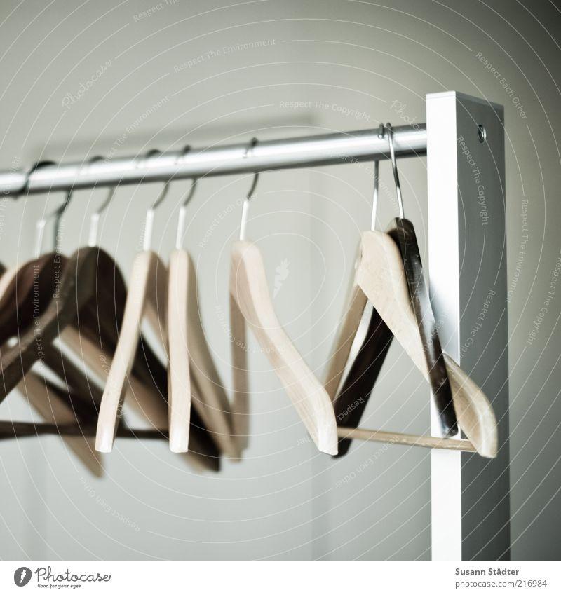 Bitte hängen Sie sich auf! Kleiderbügel aufhängen sortieren Kleiderständer Holz Metall Gedeckte Farben Innenaufnahme Nahaufnahme Detailaufnahme Experiment