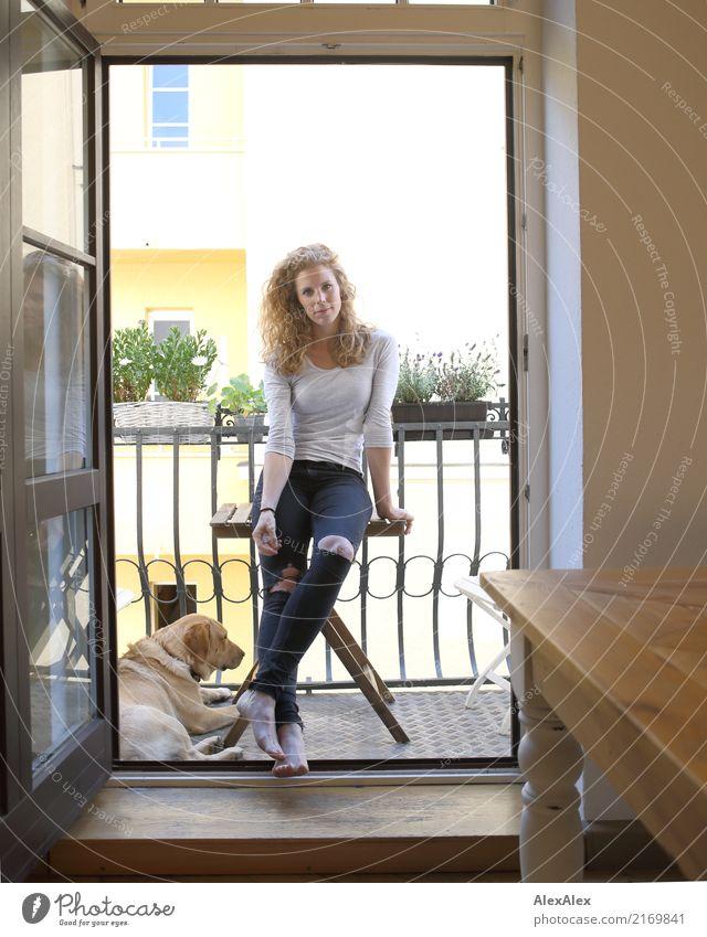 mit Fellfreund Lifestyle Stil Freude schön harmonisch Wohnung Balkon Balkonpflanze Junge Frau Jugendliche 18-30 Jahre Erwachsene T-Shirt Jeanshose Barfuß