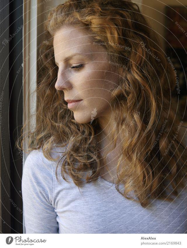 Ela Stil schön Wohlgefühl Wohnung Junge Frau Jugendliche Haare & Frisuren Gesicht 18-30 Jahre Erwachsene T-Shirt rothaarig langhaarig Locken beobachten Blick
