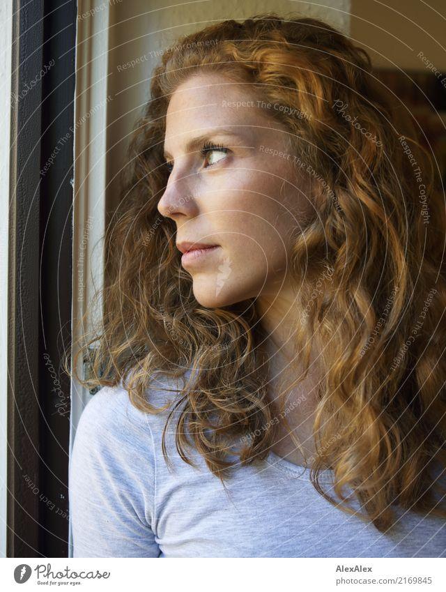junge, rothaarige Frau mit Locken schaut aus dem Balkonfenster Stil schön Gesicht Leben Junge Frau Jugendliche Haare & Frisuren 18-30 Jahre Erwachsene T-Shirt