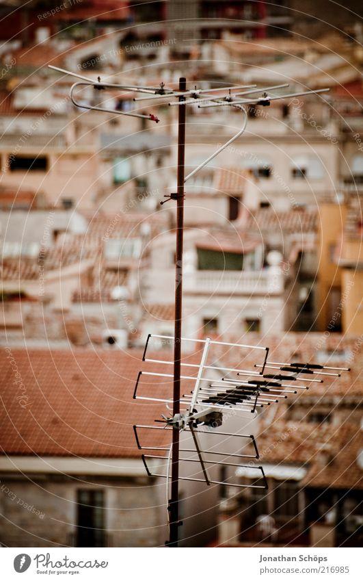 top Empfang Technik & Technologie Telekommunikation Girona Spanien Europa Stadt bevölkert Haus Dach Antenne alt einfach retro braun rot Kultur Häusliches Leben