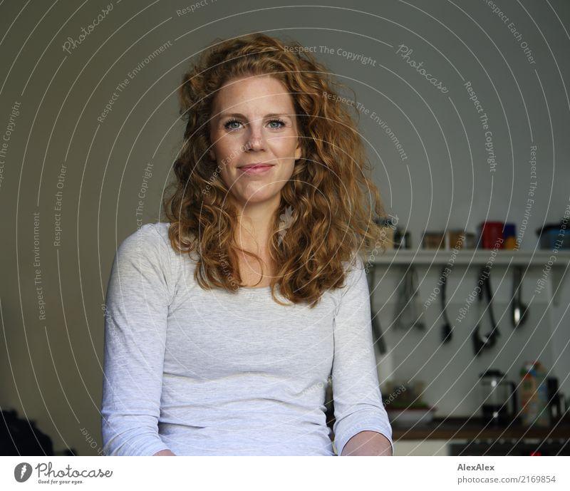 Küchensitzung Stil Freude schön Wohlgefühl Wohnung Manuelles Küchengerät Junge Frau Jugendliche Gesicht 18-30 Jahre Erwachsene Pullover rothaarig langhaarig