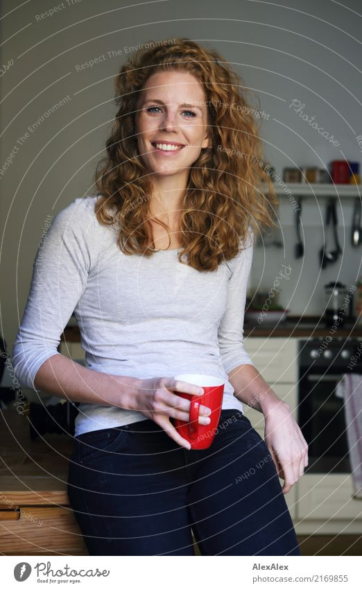 keine Küchenhilfe Kaffee Tasse Küchentisch Manuelles Küchengerät elegant Stil schön Leben harmonisch Wohnung Junge Frau Jugendliche 18-30 Jahre Erwachsene