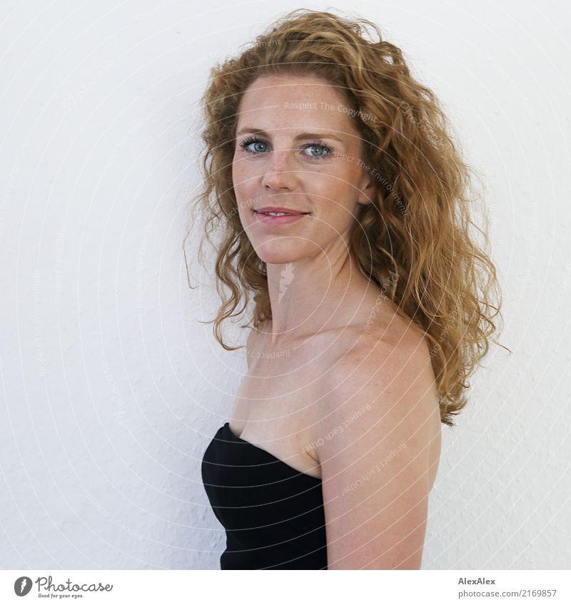 fröhlich Stil schön Junge Frau Jugendliche Gesicht Sommersprossen 18-30 Jahre Erwachsene Kleid rothaarig langhaarig Locken Lächeln Blick ästhetisch sportlich