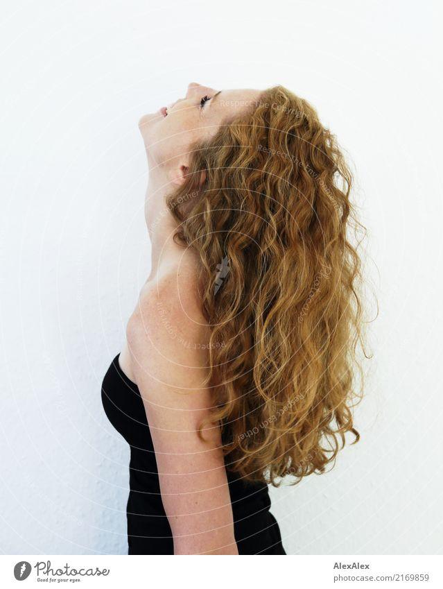 ganz nach oben Stil Freude schön Leben Wohlgefühl Junge Frau Jugendliche Haare & Frisuren Sommersprossen Schulter 18-30 Jahre Erwachsene Kleid rothaarig