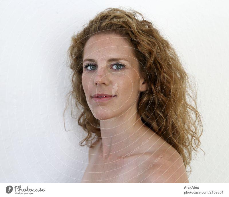 so seitlich bitte elegant schön harmonisch Wohlgefühl Junge Frau Jugendliche Gesicht Schulter 18-30 Jahre Erwachsene rothaarig langhaarig Locken Sommersprossen