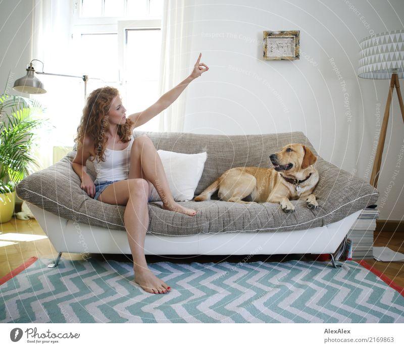 richtungsweisend Freude Glück schön harmonisch Wohnung Sofa Wohnzimmer Zickzack Junge Frau Jugendliche Beine 18-30 Jahre Erwachsene Hotpants Barfuß rothaarig
