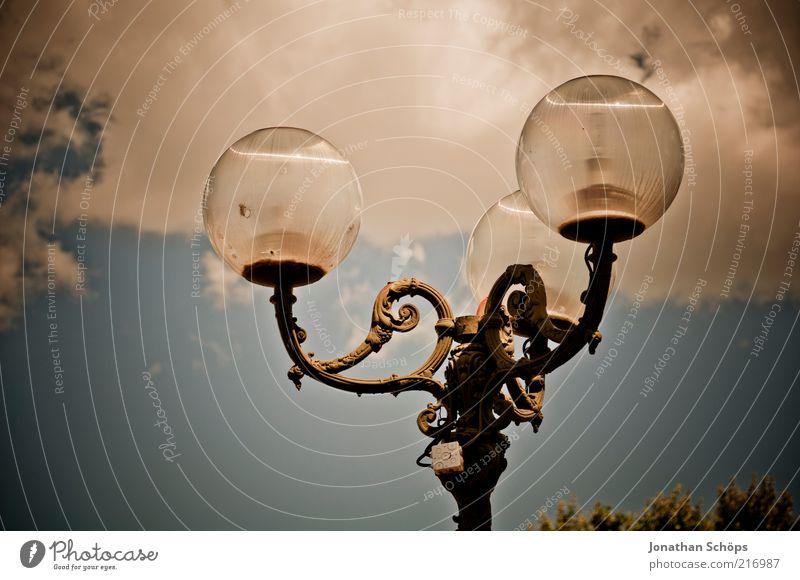 ich geh' mit meiner Laterne Himmel alt blau Wolken oben Metall Lampe hell braun Glas elegant ästhetisch kaputt Europa leuchten historisch