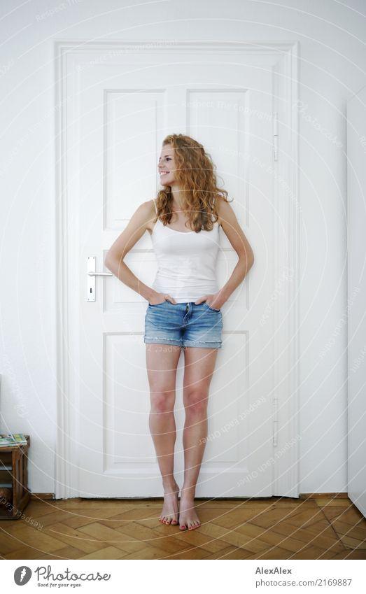 noch lässiger Stil Freude schön harmonisch Zufriedenheit Wohnung Raum Parkett Junge Frau Jugendliche Beine 18-30 Jahre Erwachsene Hotpants Trägershirt Barfuß
