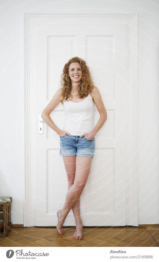 alles wird immer besser Stil Freude schön Leben Wohlgefühl Wohnung Raum Junge Frau Jugendliche Beine 18-30 Jahre Erwachsene Hotpants Trägershirt Barfuß