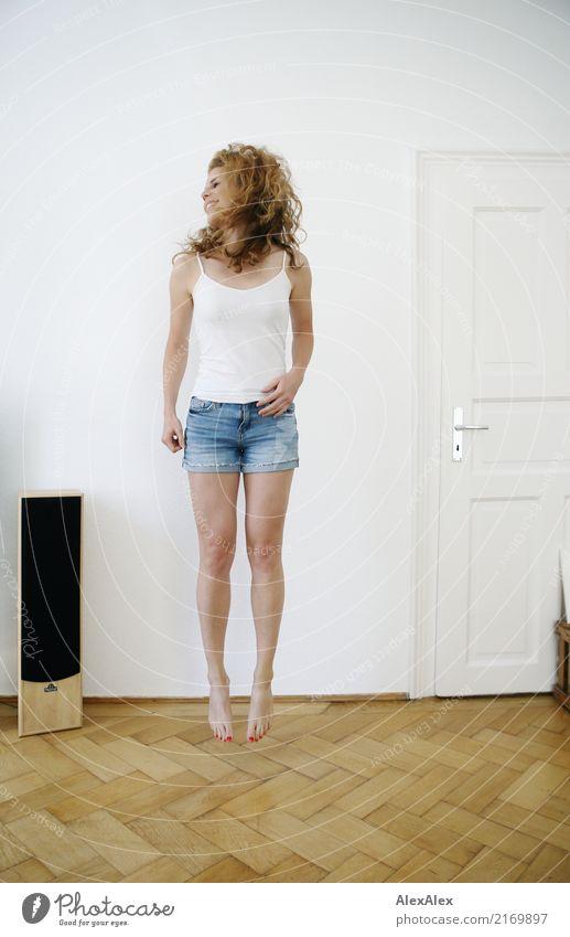 sprunghaft 4 Freude schön Wellness Leben Wohnung Raum Lautsprecher Parkett Junge Frau Jugendliche Haare & Frisuren Beine 18-30 Jahre Erwachsene Hotpants