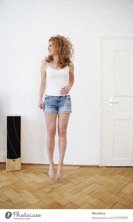 sprunghaft 3 Stil Freude schön Wellness Leben Wohnung Raum Parkett Lautsprecher Junge Frau Jugendliche Beine 18-30 Jahre Erwachsene Hotpants Trägershirt Barfuß