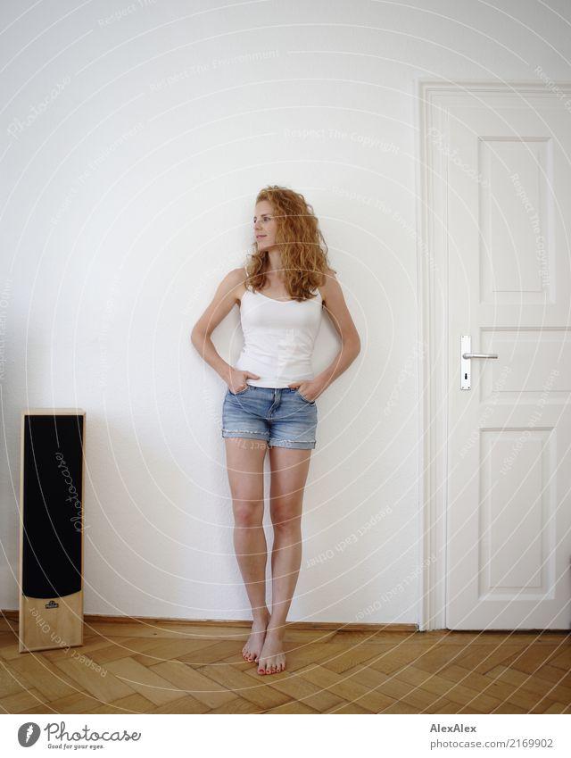 lässig Lifestyle Stil Freude schön Wohlgefühl Wohnung Raum Parkett Lautsprecher Junge Frau Jugendliche Beine 18-30 Jahre Erwachsene Hotpants Trägershirt Barfuß