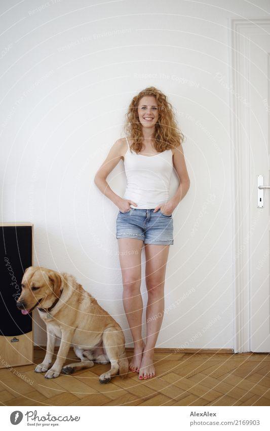 bester Freund Lifestyle Freude schön Wohnung Raum Junge Frau Jugendliche 18-30 Jahre Erwachsene Hotpants Trägershirt Barfuß rothaarig langhaarig Locken Labrador
